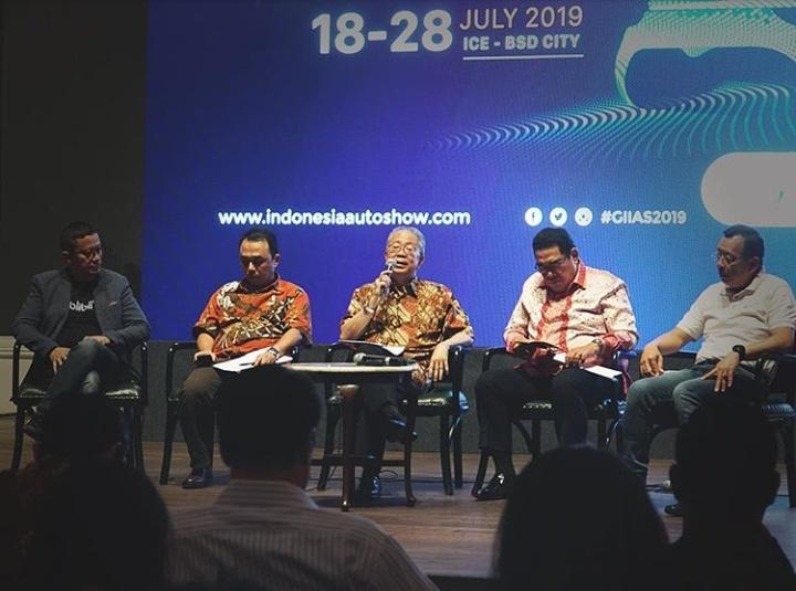 Yohannes Nangoi (tengah), saat ini hasil produksi industri otomotif Indonesia sudah diekspor ke lebih dari 80 negara.(anto)