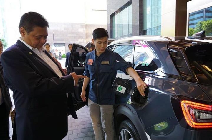 Airlangga Hartarto, Menteri Perindustrian RI dalam kunjungan kerja ke Korea Selatan, mencermati presentasi Hyundai NEXO, mobil bertenaga Fuell Cell. (foto: airlanggahartarto4.0)
