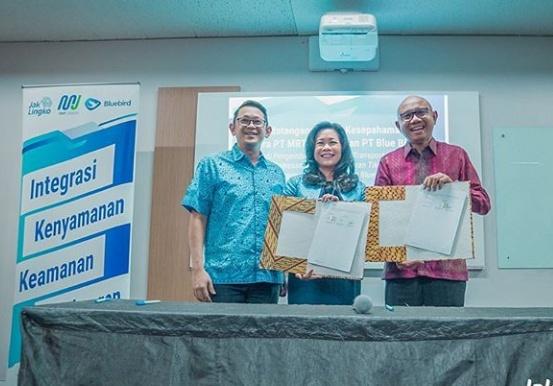 Penandatanganan dilakukan langsung oleh Direktur Utama PT MRT Jakarta, William Sabandar, dan Direktur Utama PT Blue Bird Tbk, Noni Sri Ayati Purnomo. (mrtjkt)