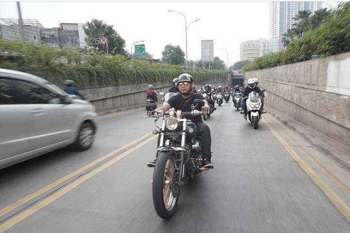 dalam kegiatan riding bareng ini juga turut serta sejumlah perwakilan Agen Pemegang Merek roda dua dan para builder lokal. (iims_id)