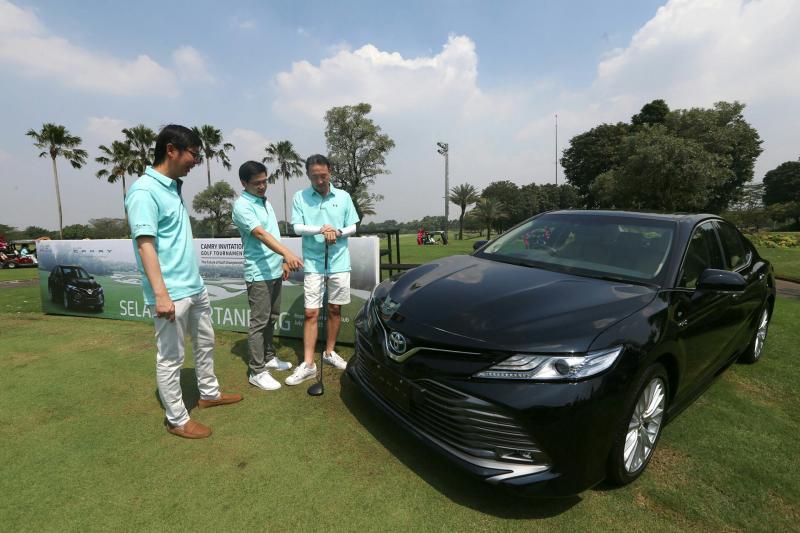 Dua Toyota hybrid terbaru jadi hadiah hole in one di event golf gelaran Toyota ini.