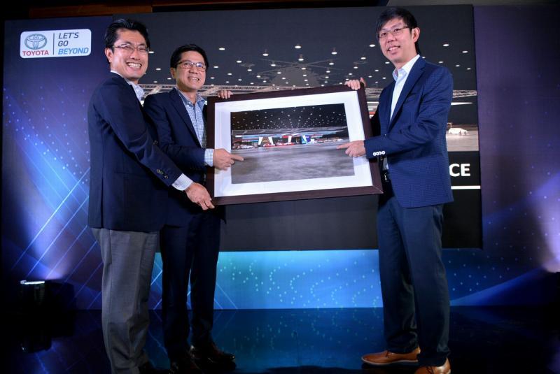 Desain visual booth Toyota di GIIAS 2019 diperlihatkan BOD Toyota Astra Motor. (foto : bs)