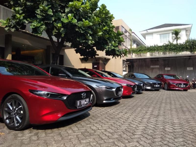Ada dua varian yang akan kami coba, yakni Mazda 3 hatchback dan Mazda 3 sedan yang juga untuk pertama kalinya dihadirkan di Indonesia.(anto)