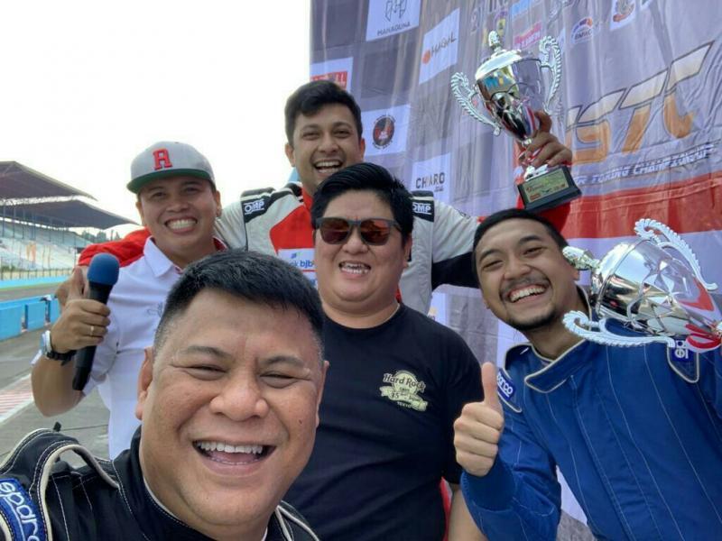 Umar Basalamah (belakang, pegang piala) bersama promotor JSTC Ferry Yanto Hongkiriwang & Tomi Hadi