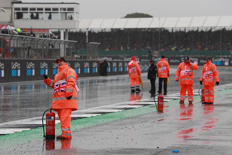 Meski sudah diaspal ulang, Sirkuit Silverstone masih terasa bergelombang (bumpy)