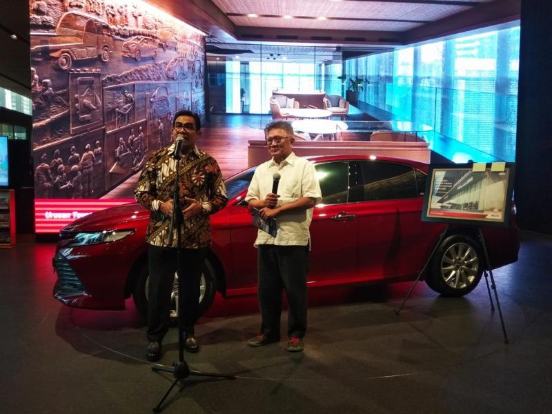 Martogi Siahaan, Chief Executive Auto2000 bersama Budi Lim (kanan), Arsitek sekaligus desainer showroom Auto2000 Sudirman. (anto)