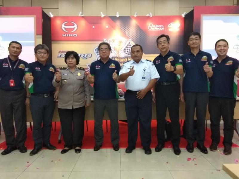 Jajaran Manajemen Hino Motors Sales Indonesia bersama instansi terkait, Hino ingin berkontribusi dan membantu pemerintah dalam memberikan edukasi kepada para pengendara truk dan bus di Indonesia untuk lebih sadar akan keamanan dan keselamatan dalam berkendara.(anto)