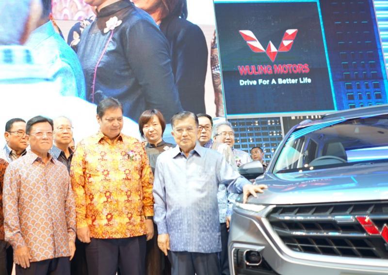 Jusuf Kalla, Wakil Presiden RI dan Airlangga Hartarto, Menteri Perindustrian RI mampir ke booth Wuling di GIIAS 2019. (anto)