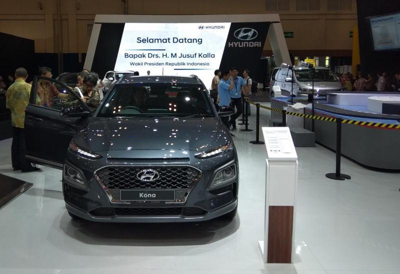 Hyundai Kona sendiri ditampilkan dalam dua versi, yakni versi standar berwarna dark night dan versi modifikasi berwarna chalk white. (anto)