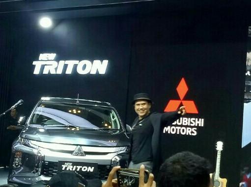 Aksi vokalis Padi Reborn, Fadly berinteraksi dengan penggemarnya di booth Mitsubishi. (foto : bs)