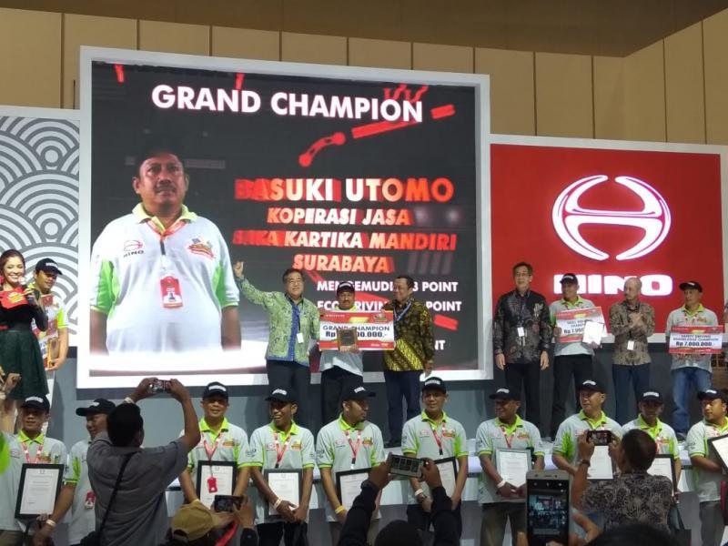 Grand Champion National Hino Dutro Safety Driving adalah pengemudi handal asal perwakilan kota Surabaya, Basuki Tomo dari Koperasi Jasa Saka Kartika Mandiri. (anto)