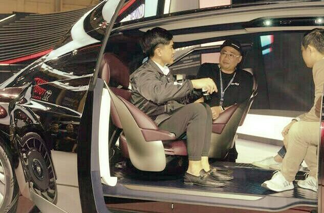 Kaesang Pangarep dalam kabin Toyota Alphard memperhatikan penjelasan Fransiscus Soerjopranoto