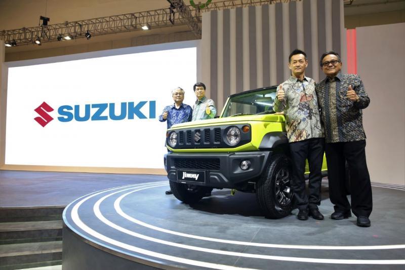 Seiji Itayama (kedua dari kanan) bersama Soebronto Laras (kanan) dan Manajemen PT SIS, Jimny telah melegenda dan menjadi bagian dari sejarah otomotif Indonesia. (anto)