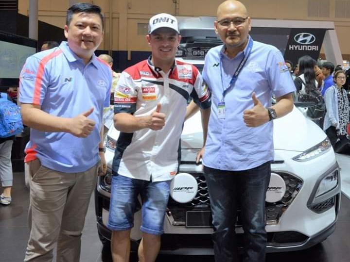 Sam Lowes (tengah) selama kunjungannya di Jakarta menggunakan New Hyundai H-1. (dok. Hyundai)