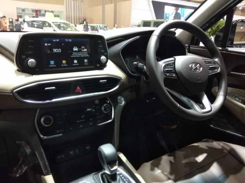 Head unit New Santa Fe pada varian XG dan GLS kini sudah berupa floating display dengan layar sentuh yang sudah dapat men-support Apple Car Play dan Android Autolink.(anto)