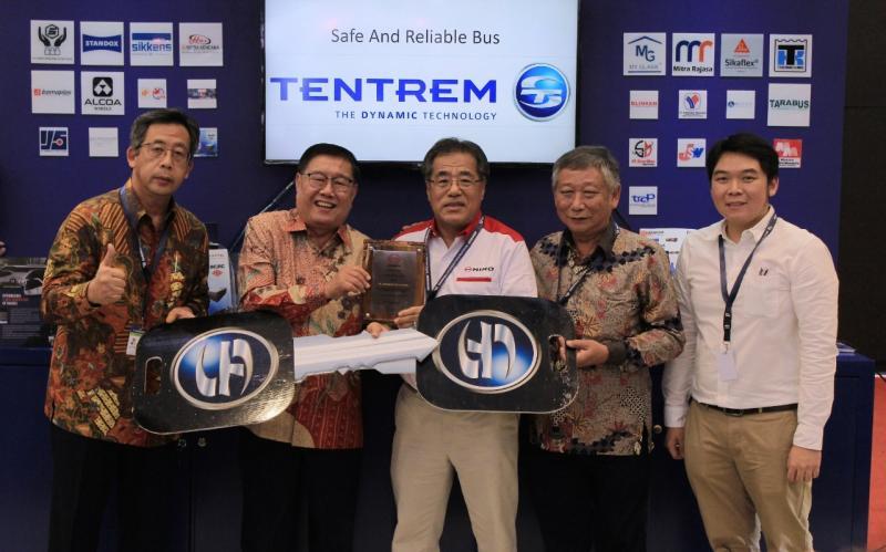 Penyerahan simbolis serah terima mockup kunci bis diwakili oleh Santiko Wardoyo, Sales & Promotion Director HMSI kepada Sugio Utamo selaku owner PO Harapan Jaya. (dok. HINO)