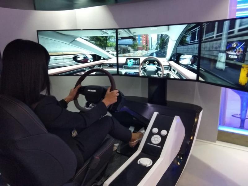 Pengunjung juga berkesempatan mencoba inovasi berkendara masa depan melalui simulator di Wuling Technology Experience. (anto)
