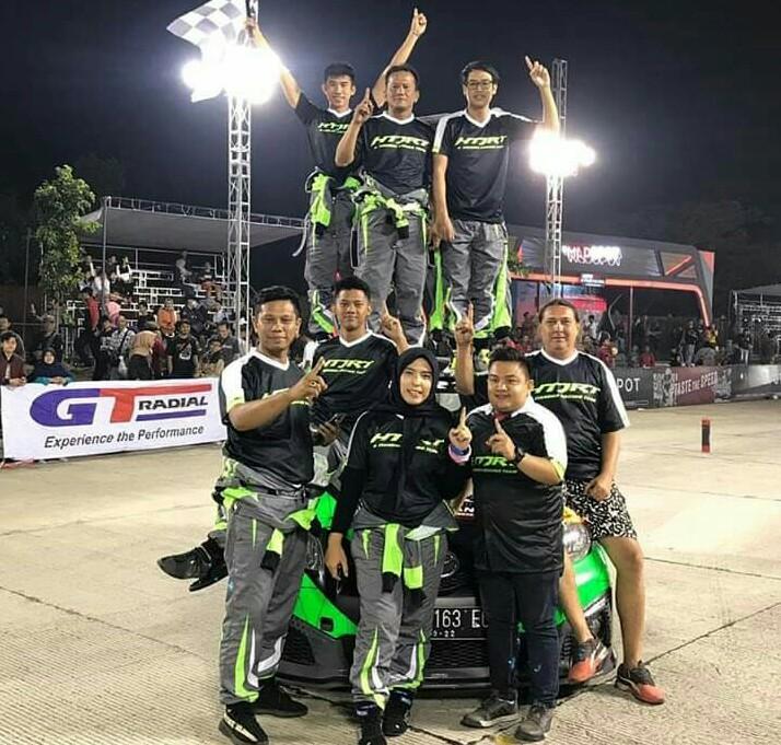 Adrian Septianto bersama tim HTJRT lakukan victory lap di Arcamanik Sport Center Bandung. (foto : htjrt)