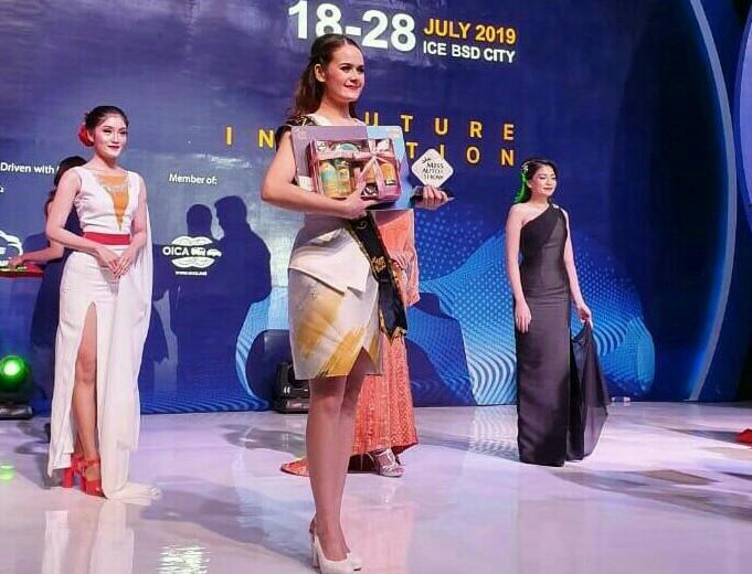 Claudia dari booth Astra Financial dinobatkan sebagai runner up Miss Auto Show 2019