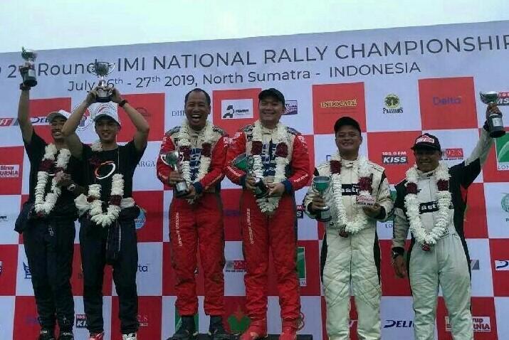 Rizal Sungkar dan Edwin Nasution (kiri) bersama Subhan Aksa dan Ryan Nirwan di podium kemenangan Rally of Indonesia 2019. (foto : rft motorsport)