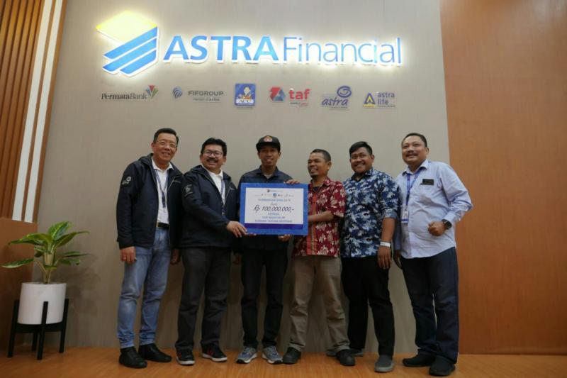 Yulian Warman selaku koordinator komunikasi Astra Financial (dua dari kanan) serahkan CSR Rp 100 juta untuk UMKM. (foto : astra financial)