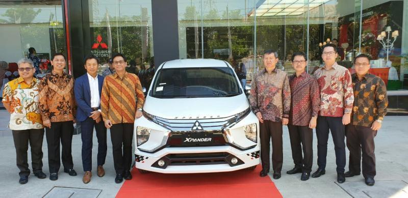 Apresiasi kepada konsumen pembeli pertama Dealer Mitsubishi Srikandi Diamond Indah Motors