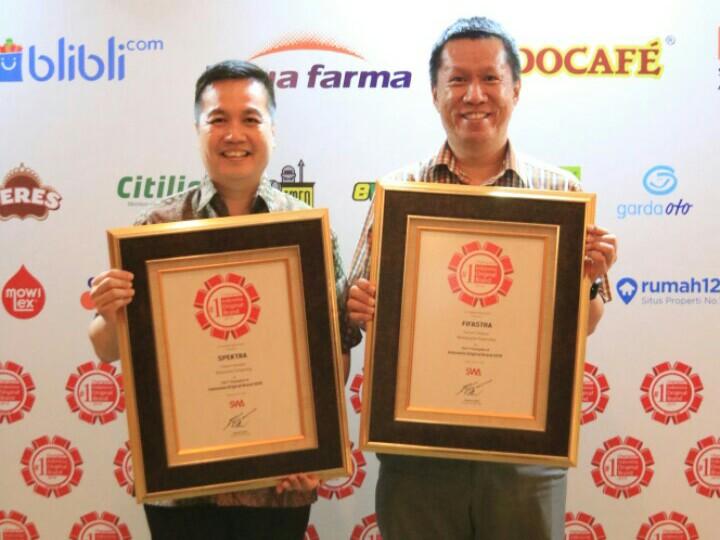 Suranto & Ardian Prasetya dengan penghargaan dari majalah SWA. (foto : fifgroup)