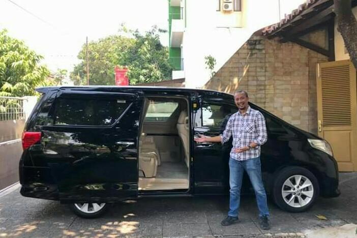 Youtuber Fitra Eri dan Toyota Alphard dari hasil jerih payahnya bekerja. (foto : ig fitra eri)