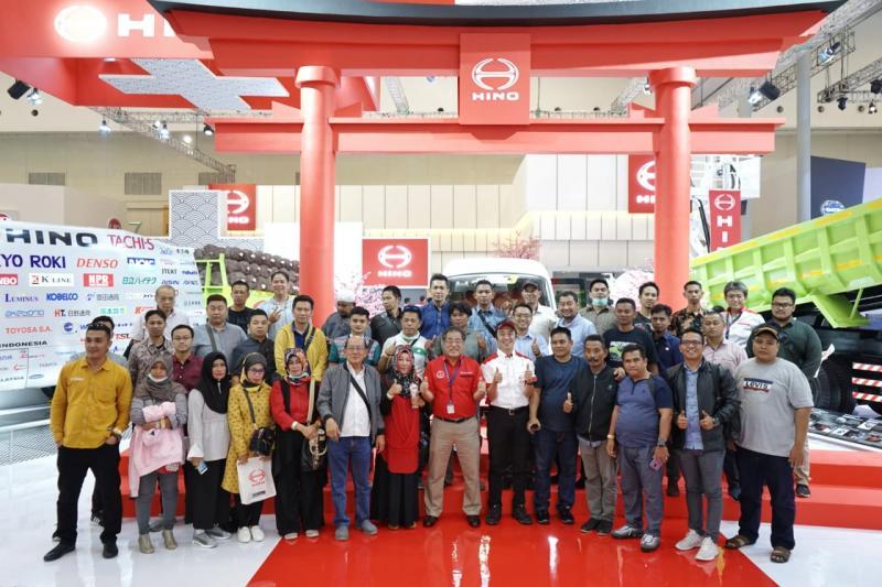 Teruhito Sugawara Bersama Customer Hino dan Pengunjung di GIIAS 2019. (dok. Hino)