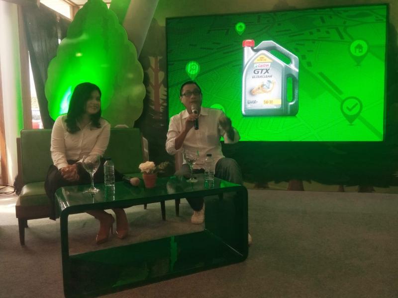 Deananda Sudijono, Country Marketing Manager PT Castrol Indonesia bersama M Wahab S, memandu talkshow mobil LCGC. (anto)