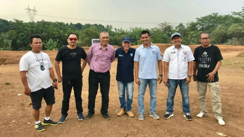 Jeffrey JP (tengah, bertopi) saat melakukan track inspection di sirkuit Tembong Jaya Serang hari ini.  (foto : ist)