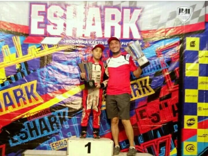Kemas Haikal & Maalik Bintang Alisyahbana di podium kejuaraan gokart.