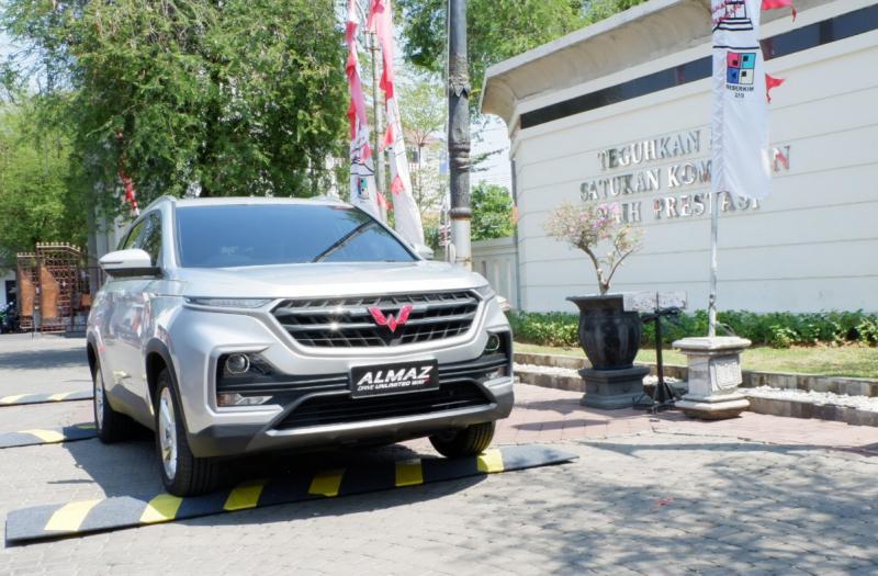 Pengunjung menjajal Smart Technology SUV, Almaz, dalam acara Wuling Experience Weekend Semarang di Balai Kota Semarang. (dok. Wuling)