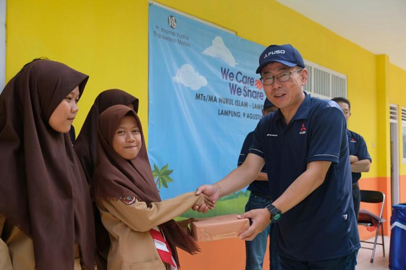 Atsushi Kurata berikan bantuan kepada siswi MTS Nurul Islam di Rajabasa, Lampung Selatan