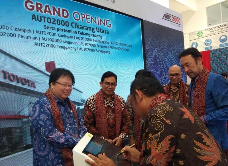 Bupati Bekasi, H. Eka Supria Atmaja SH., menandatangani prasasti peresmian Auto2000 Cikarang Utara, disaksikan Presiden Direktur PT Toyota Astra Motor (kanan) dan Dewan Direksi Auto2000. (anto)