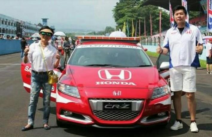 Lola Moenek dan Jonfis Fandy pada kesempatan kejurnas balap mobil ISSOM di sirkuit Sentul. (dok sirkuit Sentul)