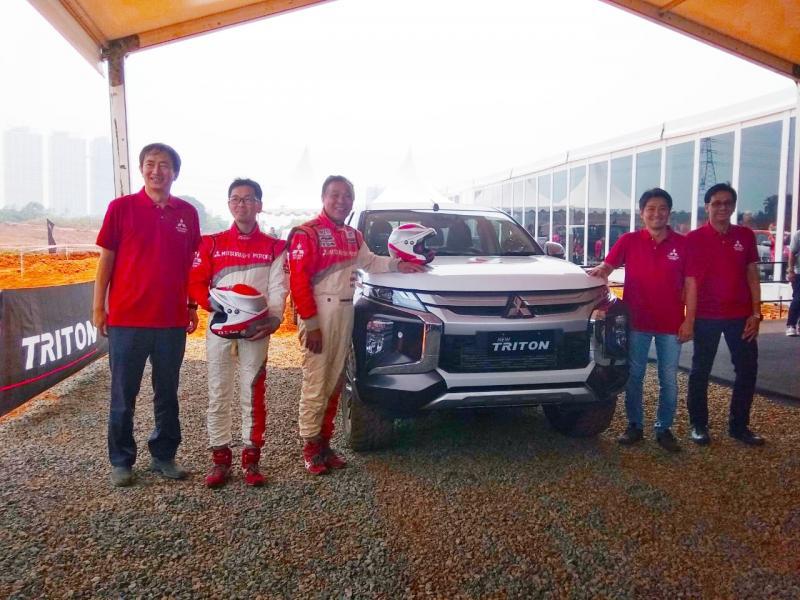Hiroshi Masuoka - pereli legendaris juara Paris Dakar dan Kazuto Koide bersama Direksi PT MMKSI. (anto)