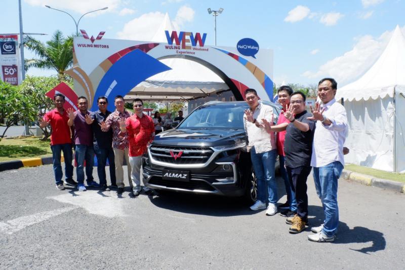 Perwakilan Wuling Motors beserta manajemen Kumala Group dalam acara Wuling Experience Weekend Makassar. (dok. Wuling)