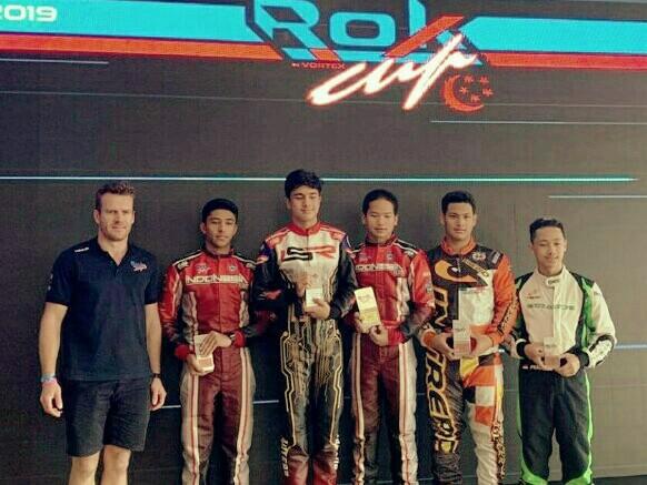 Rava Mahpud (3 dari kiri) bersama para juara kelas Senior Rok di Singapura