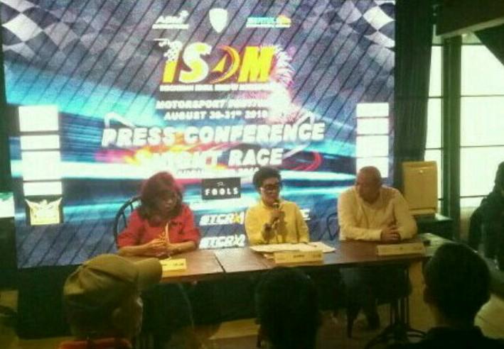 Lola Moenek (tengah) bersama Vivi Montolalu dan Anondo Eko saat preskon di Jakarta, Selasa sore