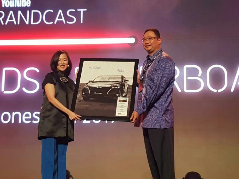 Fransiscus Soerjopranoto dari Toyota Astra Motor terima award Youtube Ads di Tennis Indoor Senayan Jakarta.