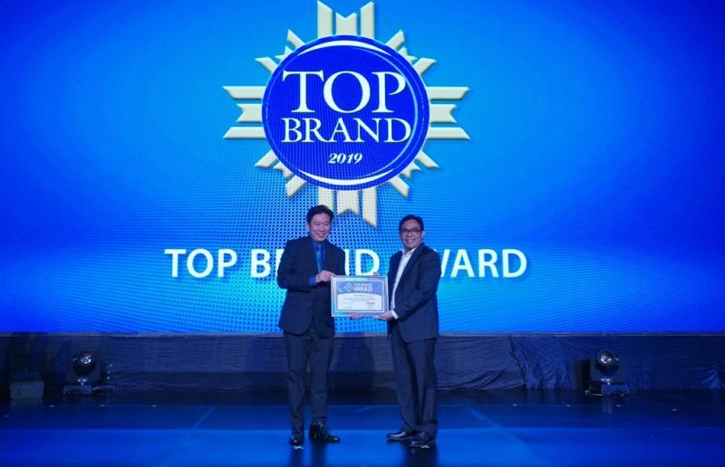 Penghargaan Top Brand Award 2019 diterima langsung oleh Martogi Siahaan, Chief Executive Auto2000 (kanan). (dok. Auto2000)