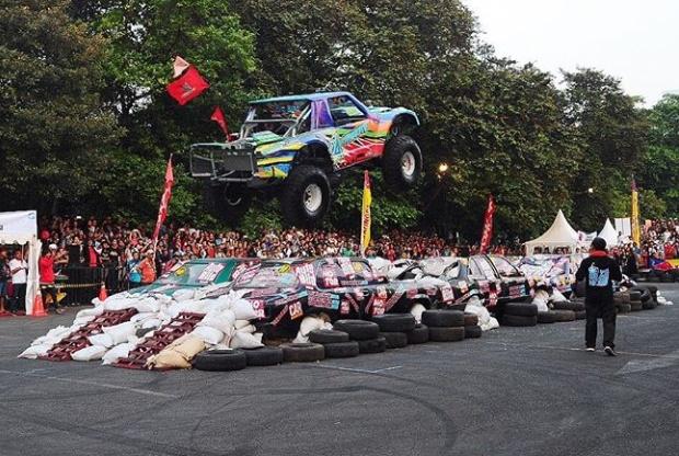 """Salah satunya aksi mobil offroad ikonik """"Gajah Monster"""" yang akan kembali memperlihatkan kemampuannya melibas deretan mobil. (dok. Otobursa Tumplek Blek)"""