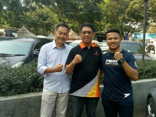Paul Montolalu (tengah) bersama Irawan Sucahyono & Adwitya Amandio, three musketeers di Indonesian Drift Prix 2019. (foto :bs)