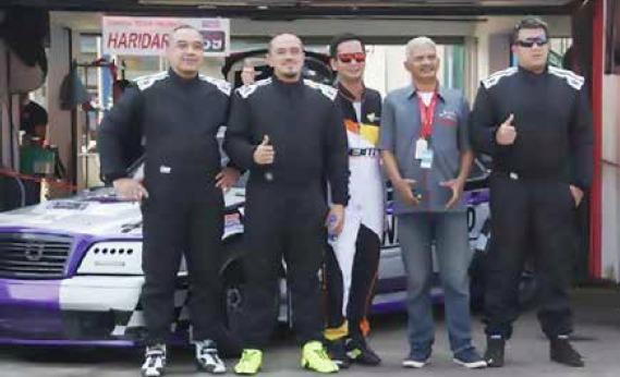 Para pembalap Landy Land Racing Team (wearpack hitam) bersama promotor balap kelas Mercedes-Benz di ISSOM. (dok. Landy Land)