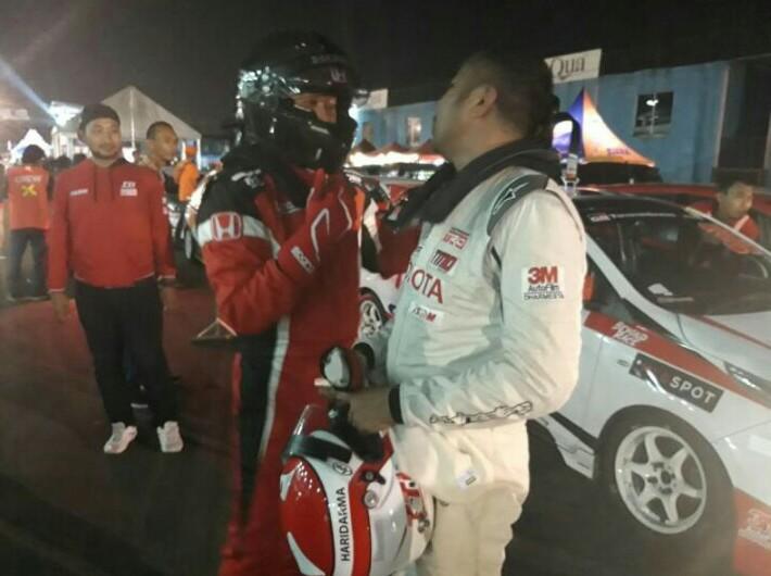 Alvin Bahar dan Haridarma Manoppo saling ngobrol santai usai finish kelas ITCR Max ISSOM Night Race tadi malam