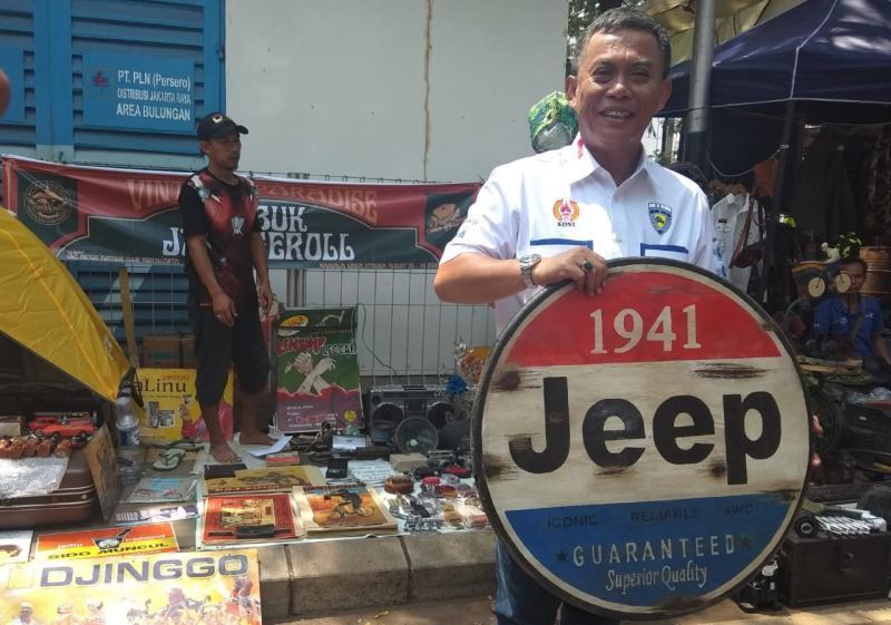H. Pras 86 juga membeli beberapa pernik otomotif yang diminatinya, salah satunya signage tampilan retro berlogo Jeep 1941. (anto)