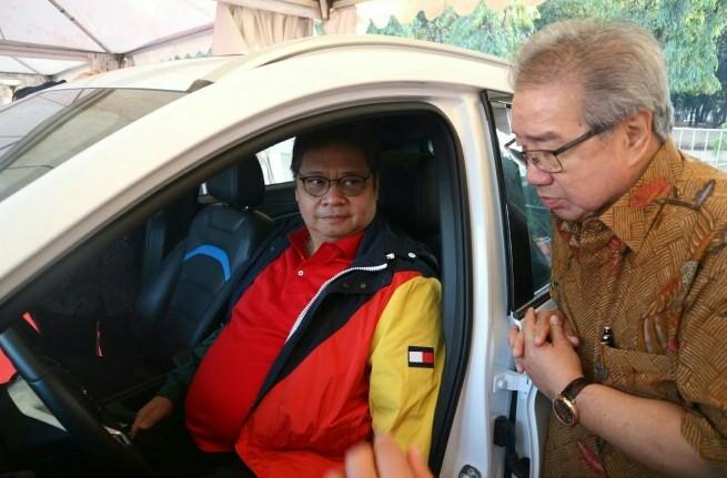 Menperin Ir Airlangga Hartarto tengah di dalam mobil listrik DFSK, Glory E3 di Silang Monas Jakarta
