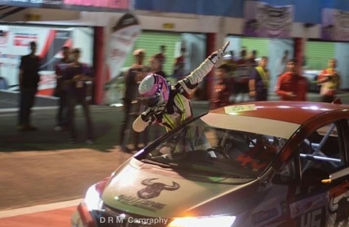 Gaya selebrasi Zharfan Rahmadi usai memenangi kelas ITCR 1500 ISSOM Night Race 2019