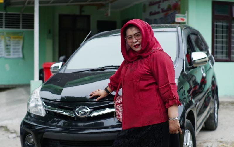 Ibu Syam, kabin lega Daihatsu Xenia memudahkan prosesi melahirkan pasiennya. (ist)